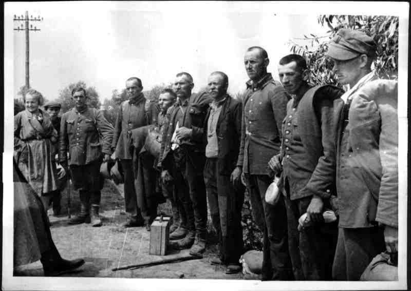 Niemieckie zdjęcie przedstawiające więźniów - żołnieży polskich przejętych przez wojska nazistowskie - fot. archiwa ONB