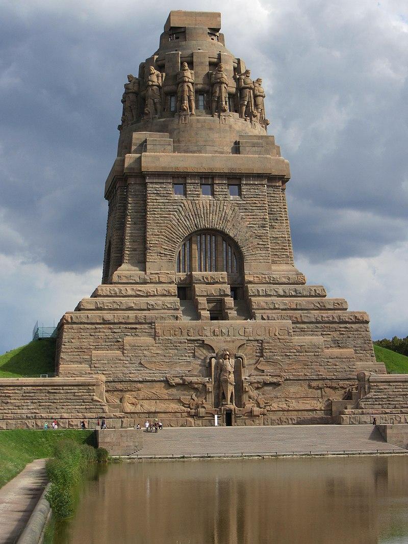 Monument upamiętniający Bitwę pod Lipskiem i Wojnę Narodów, a także daty bitwy pod Lipskiem, przebieg, straty oraz skutki