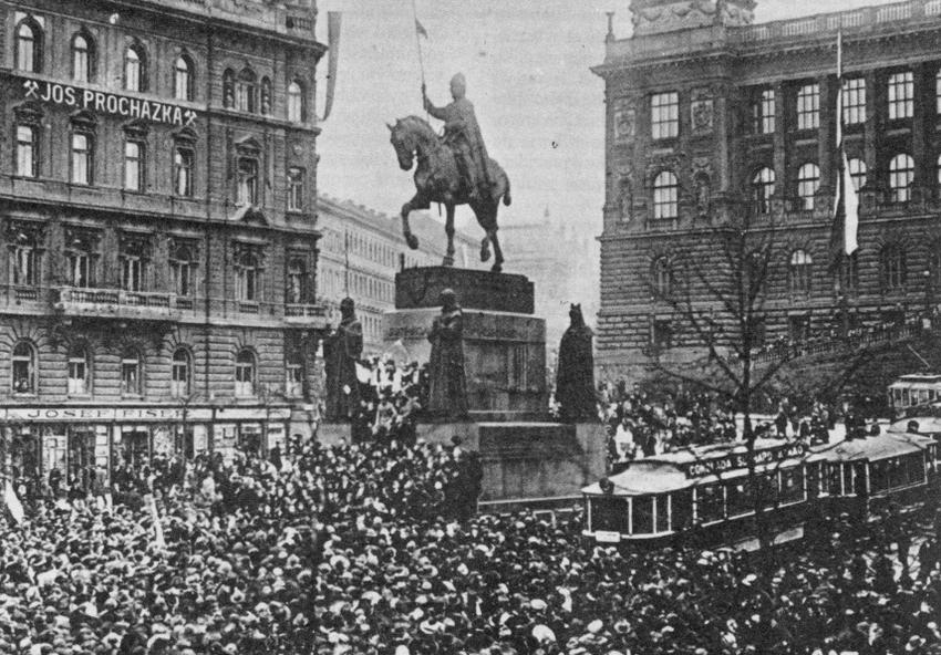 Czechosłowacka droga do niepodległosci na zdjęciu z 1918 roku obrazujacym ogłoszenie niepodległości Czechosłowacji