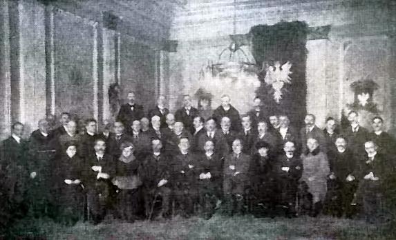 Naczelna Rada Ludowa wyłoniona w czasie Powstania Wielkopolskiego na fotografii z tego okresu