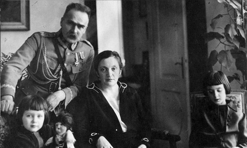 Marszałek Józef Piłsudski z żoną Aleksandrą i córkami Wandą i Jadwigą na zdjęciu z 1935 roku