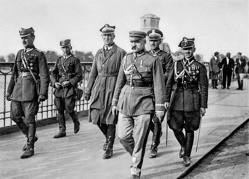 Józef Piłsudski na moście Poniatowskiego tuż przed objeciem władzy w 1926 roku, od którego rozpoczęły się rządy Sanacji