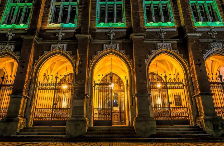 Uniwersytet Jagielloński oświetlony nocą, a także data założenia, historia oraz najwybitniejsi absolwenci