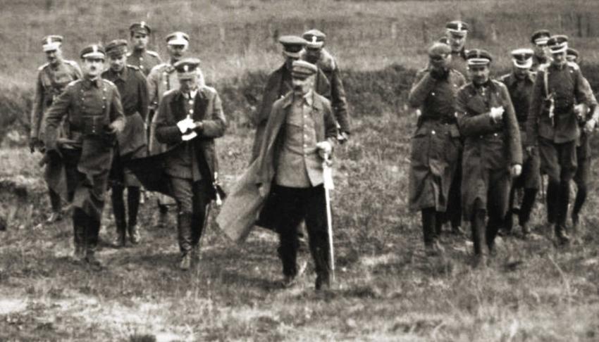 Józef Piłsudski wraz z obstawą w czasie Bitwy Warwszawskiej 1920 roku, a także znaczenie międzynarodowe, taktyka, dowórdcy oraz dokładna data