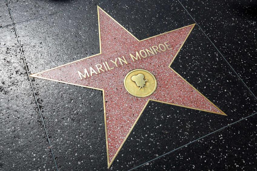 Gwiazda Marylin Monroe na deptaku, a także data jej śmierci, przyczyny, przebieg pogrzebu oraz teorie spiskowe