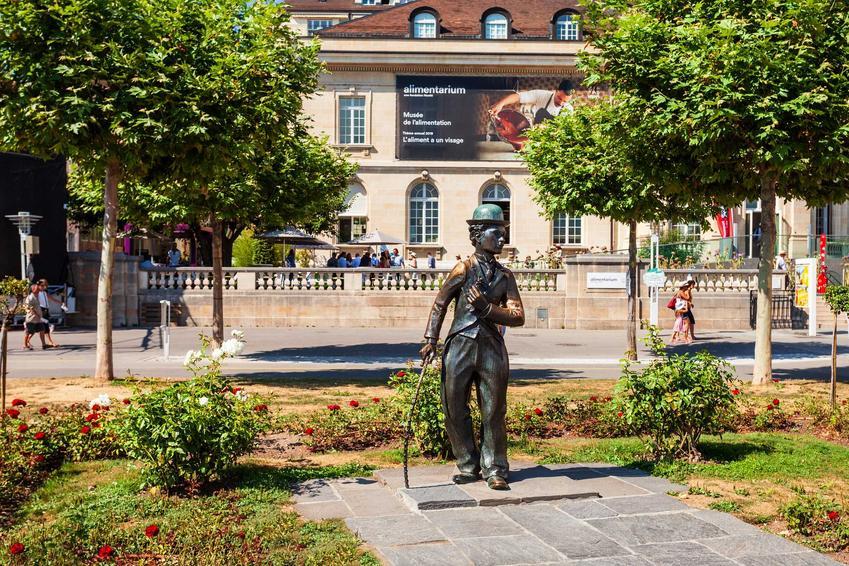 Posąg Charliego Chaplina w Stanach Zjednoczonych, a także najlepsze filmy aktora, gatunki, daty oraz nagrody