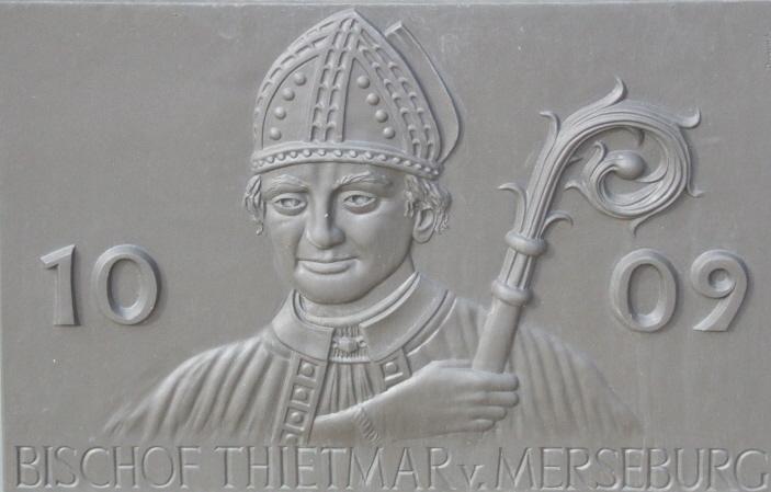 Tablica na fontannie, przedstawiająca biskupa Thietmara, naprzeciwko kościoła św. Stefana w Tangermünde przedstawiająca kronikarza, który opisał podboje Mieszka I
