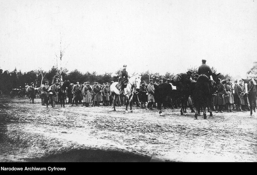 Fotografia przedstawiająca formację jednostki Legionów Polskich, a także najważniejsze informacje o Legionach - dowódcy, stoczone bitwy, data powstania