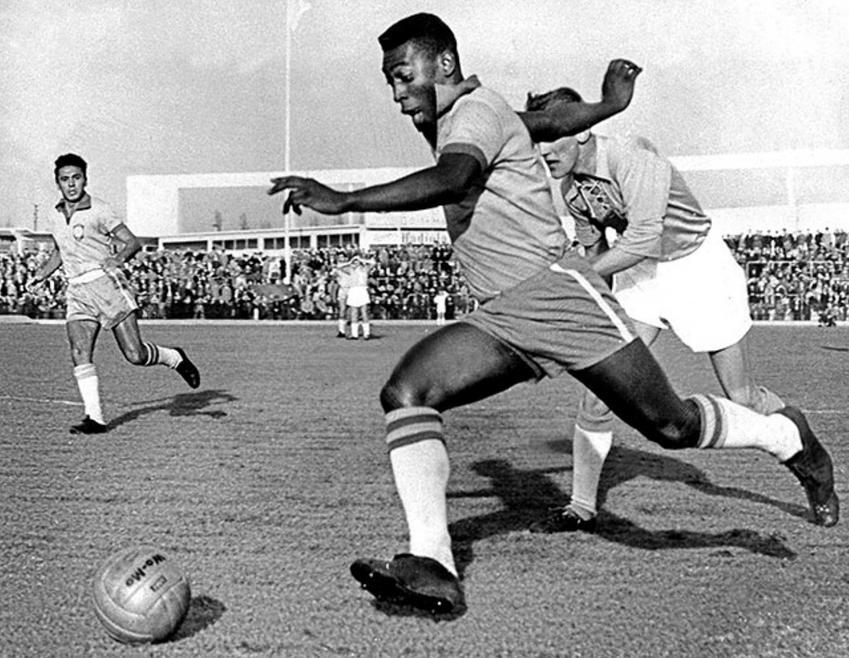 Pele w 1960 roku w czasie gry dla reprezentacji, a także największe osiągnięcia piłkarza, rekordy, nagrody oraz kariera i życie prywatne