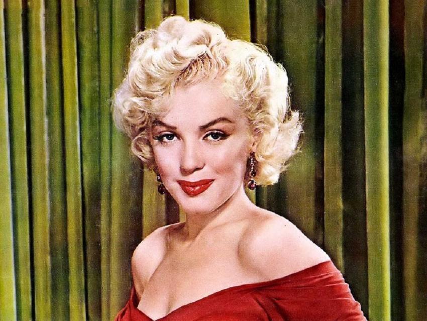 Marylin Monroe na tle zielonej kotary na zdjeciu z lat 60, a także najbardziej znane cytaty z Marylin Monroe