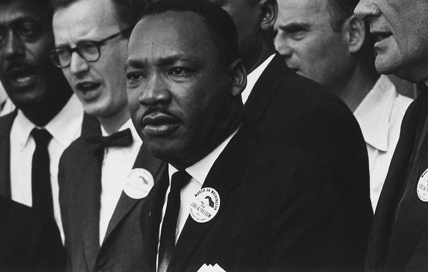 Martin Luther King podczas marszu w Waszyngtonie, a także najważniejsze informacje o działaniach: data urodzenia, działalność, śmierć oraz życiorys