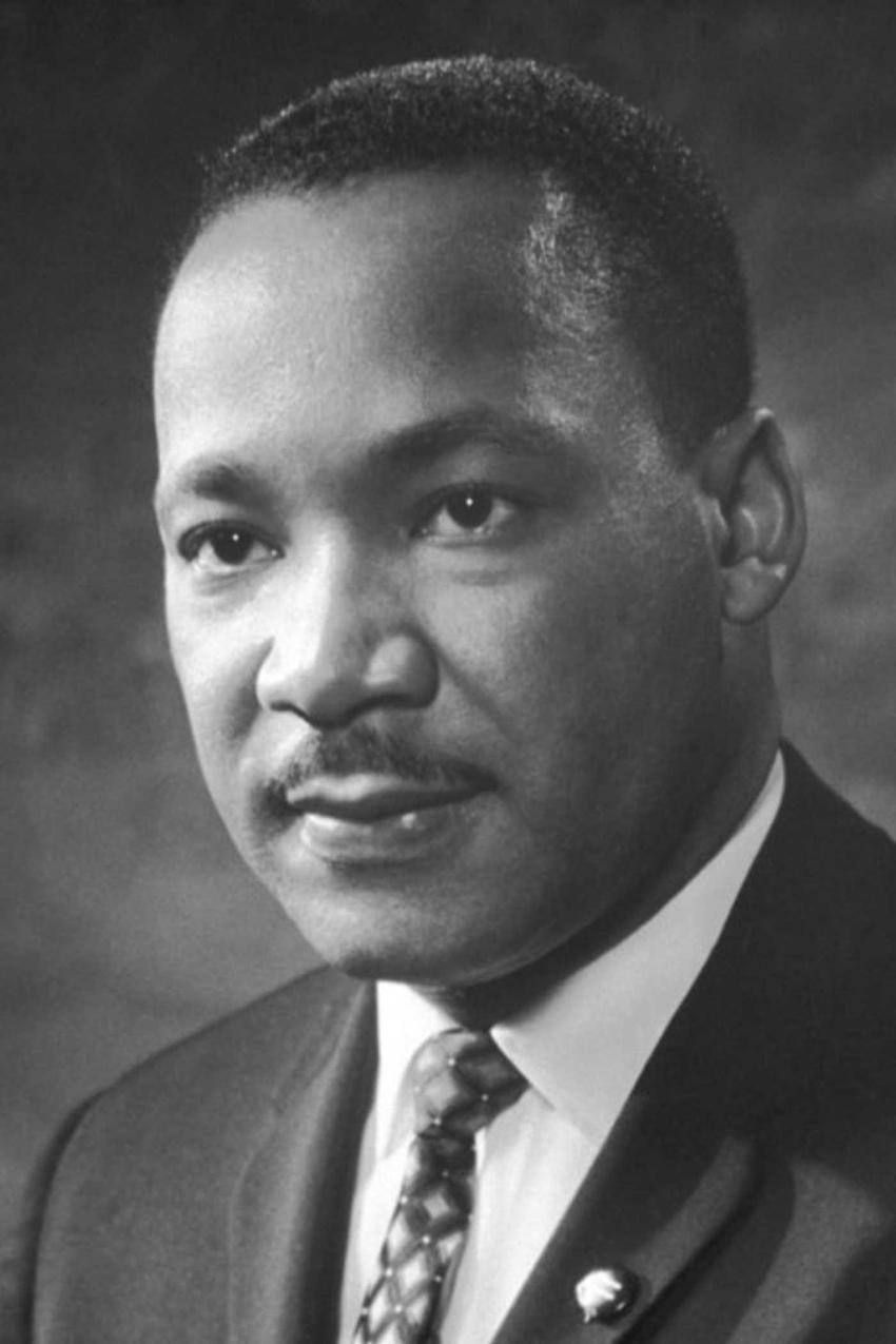 Martin Luther King na portrecie, a także najważniejsze informacje: życiorys, działalność, śmierć oraz data urodzenia