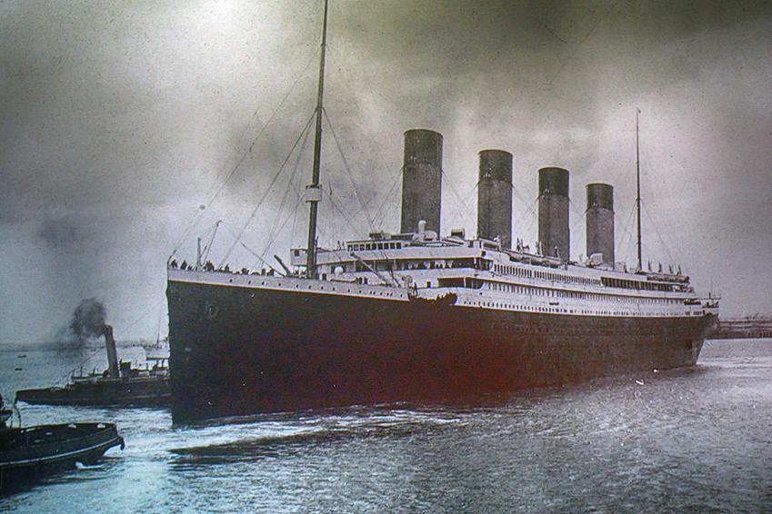 Statek Titanic, na którym podobno zatonął klejnot Serce Oceanu z ogromnym szafirem, a także prawdziwa historia klejnotu krok po kroku