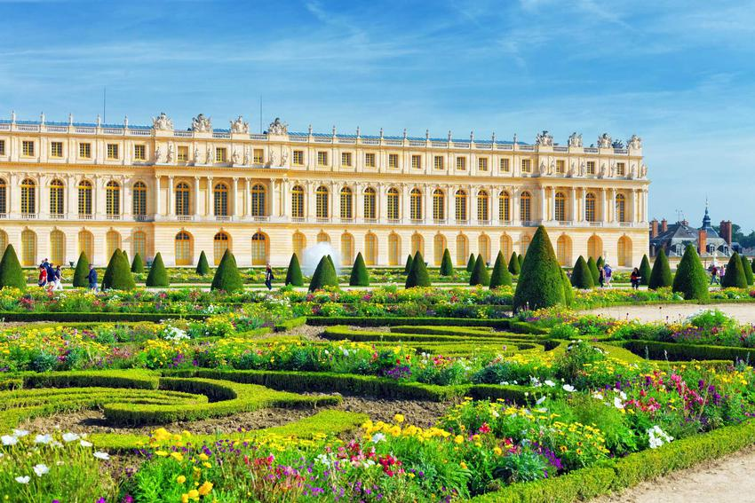 Wersal w Paryżu od strony ogrodów, a także utrzymywanie higieny na królewskim dworze we Francji przed rewolucją i po niej
