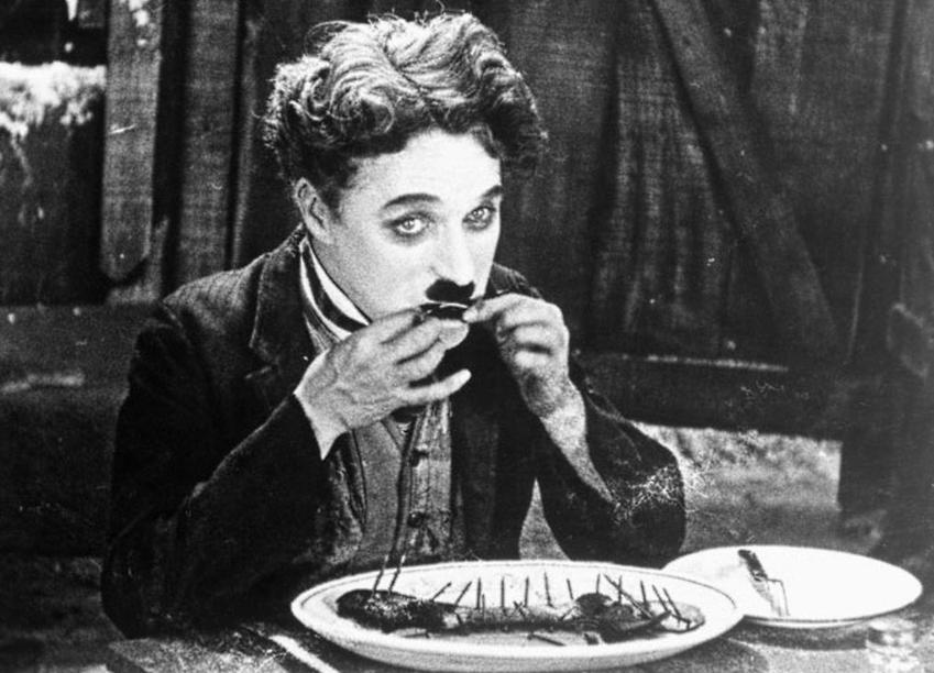 Ucharakteryzowany Charlie Chaplin w filmie The Gold Rush, a także życiorys, filmografia i najważniejsze osiągnięcia oraz nagrody aktora