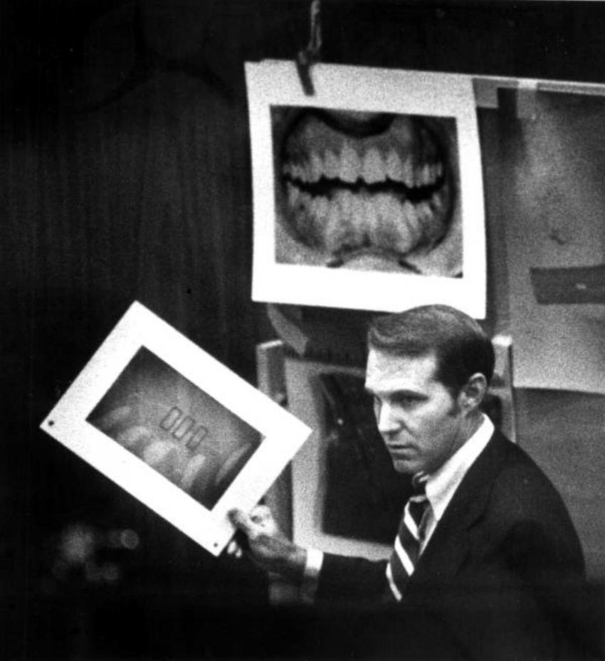 Ted Bundy w sądzie ze zdjęciem swojego odcisku palca, a także historia Teda Bundego