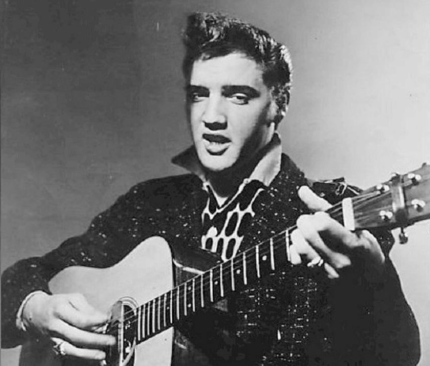 Elvis Presley grający na gitarze, a także życiorys i dyskografia muzyka, oraz okoliczności śmierci i filmografia