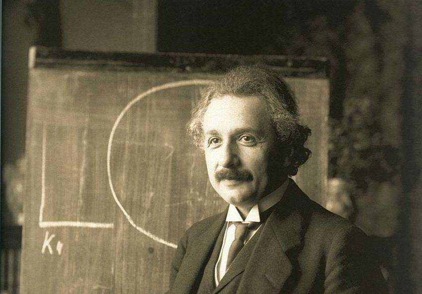 Albert Einstein przy tablicy, a także pochodzenie naukowca, jego życiorys, nauka, osiągnięcia, najważniejsze odkrycia