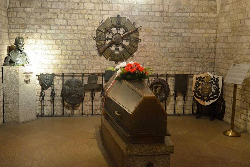 Trumna Marszałka Józefa Piłsudskiego w krypcie na Wawelu, a także najważniejsze informacje: miejsce, przyczyny, następstwa i daty