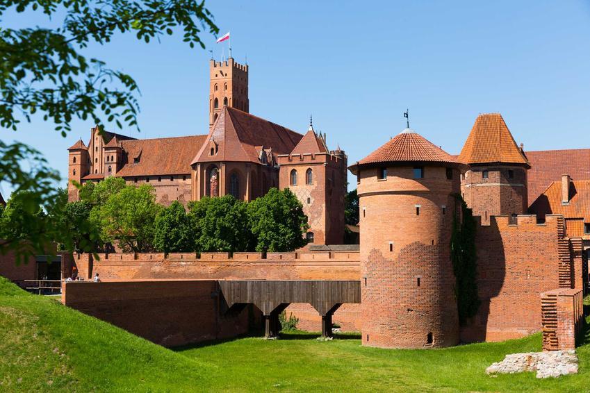 Zamek w Malborku, gdzie była siedziba Krzyżaków, a także sprowadzenie Krzyżaków do Polski przez Konrada Mazowieckiego, data i następstwa