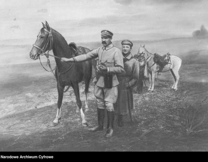 Józef Piłsudski z koniem na łące, a także informacje o rządach władcy, jego biografia, polityka zagraniczna, najważniejsze dokumenty i daty
