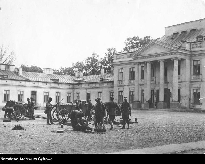Jednostka wojskowa w czasie Przewrotu Majowego na placu pod pałacem, a także informacje o przewrocie majowym: daty, przyczyny, skutki i przebieg