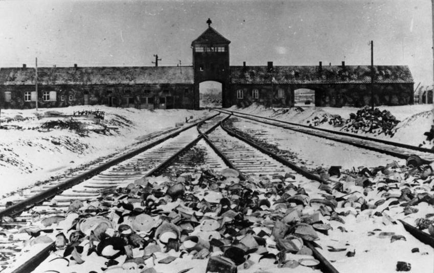 Tory kolejowe prowadzące do obozu w Auschwitz w czasie Zagłady Żydów - uczczenie Międzynarodowego Dnia Pamięci o Ofiarach Holocaustu