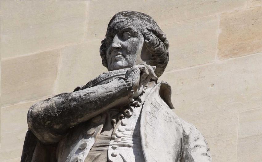 Rzeźba przedstawiająca Roberspierre'a w Luwrze, a także pochodzenie, działalność rewolucyjna i rola mężczyzny w historii Francji