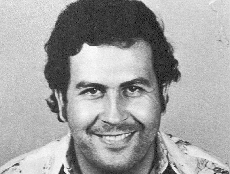 Pablo Escobar na policyjnym zdjęciu, a także informacje o zbrodniarzu, oraz jak Pablo Escobar został królem kokainy krok po kroku