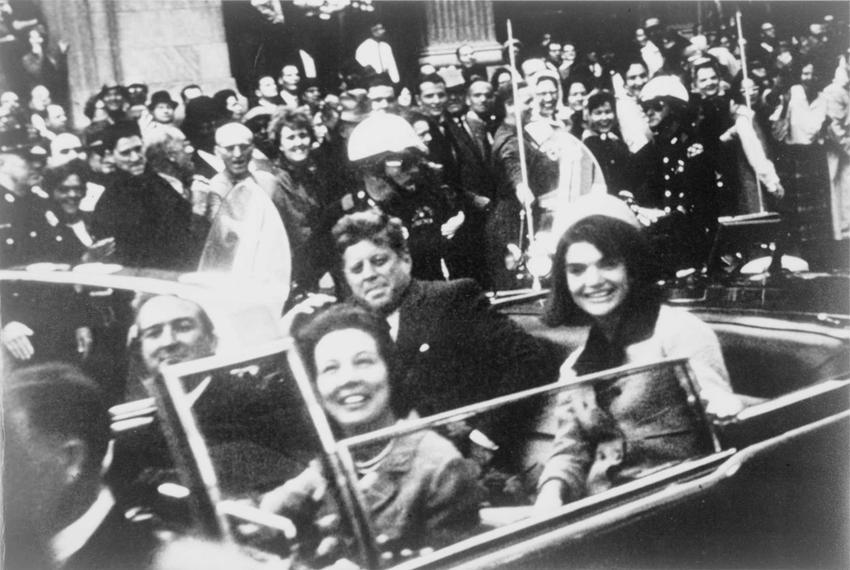 John F. Kennedy z żoną w samochodzie w Dallas chwilę przed śmiercią, a także biografia prezydenta, polityka, śmierć, najważniejsze informcje