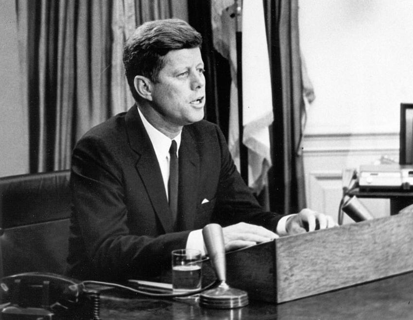 Prezydent John F. Kennedy przy biurku w Białym Domu, a także jego biografia, droga do prezydentury, rodzina, polityka wewnętrzna i zagraniczna oraz śmierć