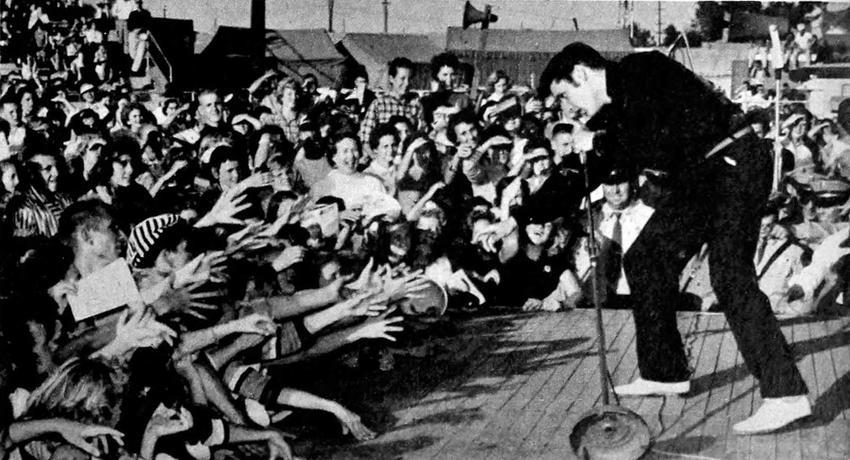 Elvis Presley śpiewający do publiczności, a także najwazniejsze informacje o śmierci Elvisa Presleya, informacje, fakty i mity, data