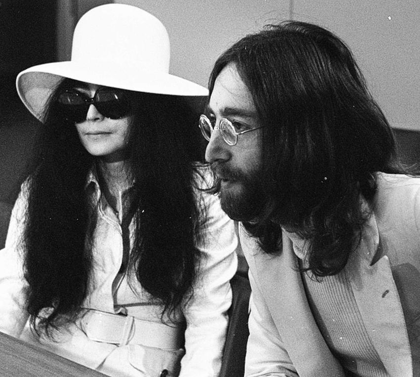John Lennon z żoną Yoko Ono na konferencji prasowej, a także życiorys Johna Lennona, dorobek artystyczny, życie prywatne i biografia