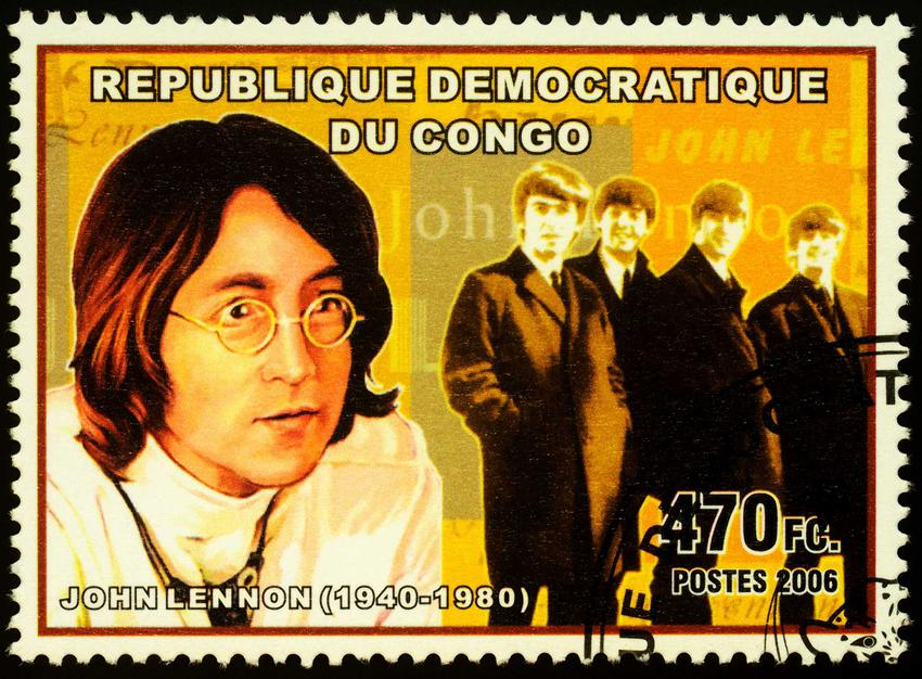 Znaczek pocztowy z lat 50 z podobizną Johna Lennona, a także informacje o artyście: życiorys, dorobek artystyczny i życie prywatne piosenkarza