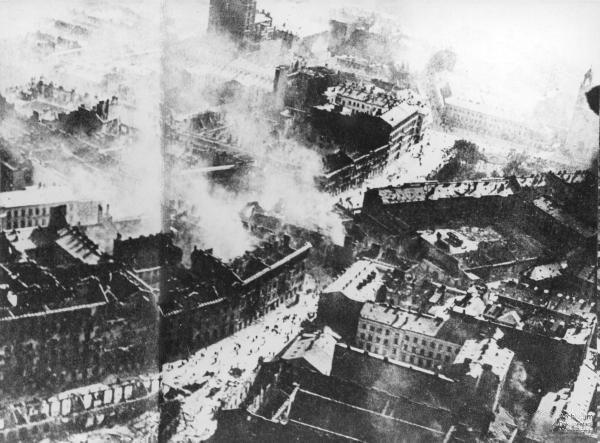 Zdjęcie lotnicze wykonane w czasie oblężenia Warszawy jesienią 1939 roku
