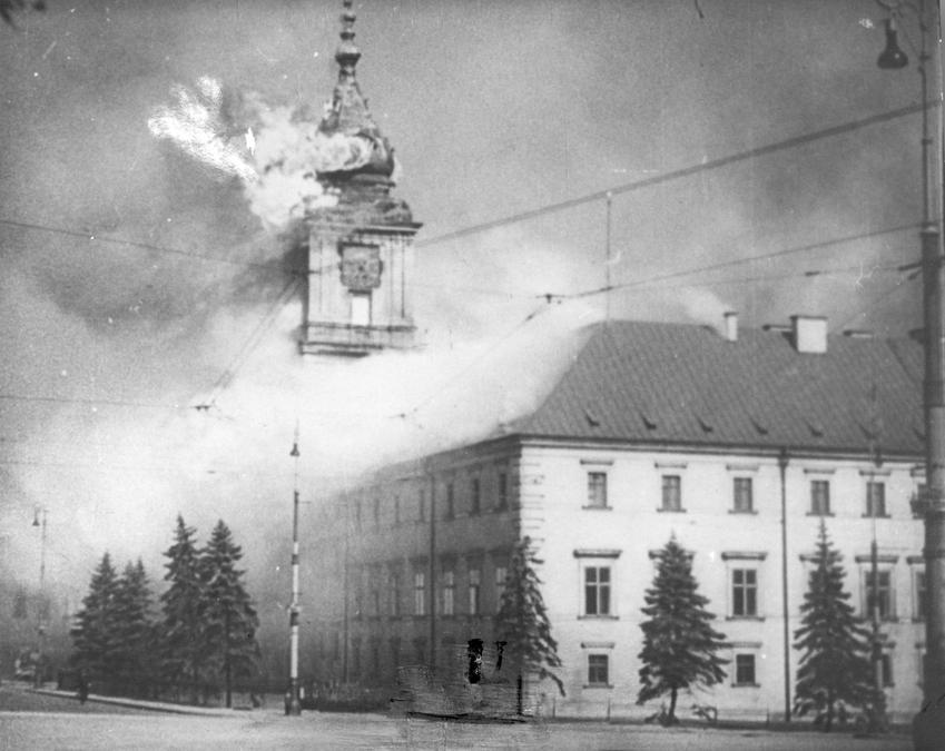 W trakcie oblężenia Warszawy uszkodzonych lub zniszczonych zostało bardzo wiele budynków, między innymi Zamek Królewski