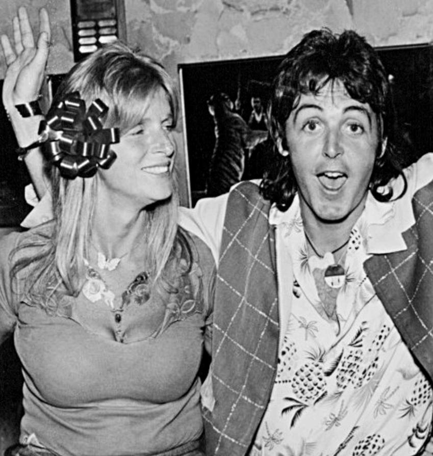 Paul McCartney z żoną Lindą na zdjęciu z lat 70. ubiegłego stulecia, a także pozostałe żony oraz dzieci muzyka