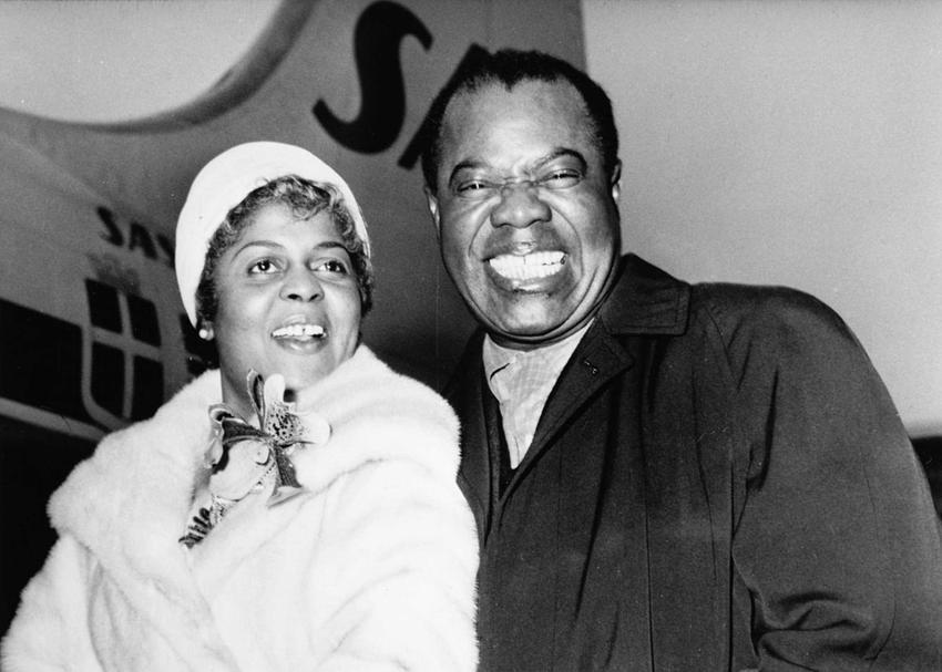 Louis Armstrong z Lucille Wilson na czarno-białej fotografii, a także życiorys oraz twórczość muzyka i jego życie prywatne