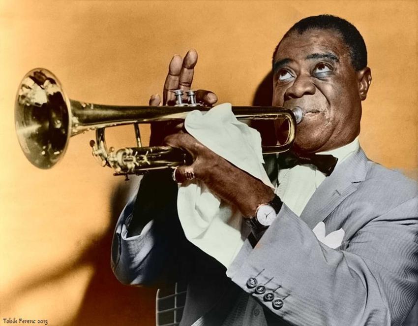 Louis Armstrong grający na trąbce na koloryzowanym zdjęciu, a także życiorys i twórczość znanego muzyka