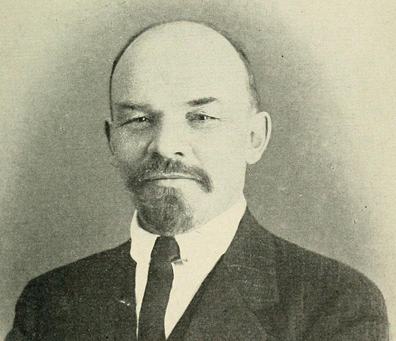 Rewolucja Październikowa pozwoliła komunistom, w tym Włodzimierzowi Leninowi, przejąć władzę - Lenin na fotografi z 1916 r.