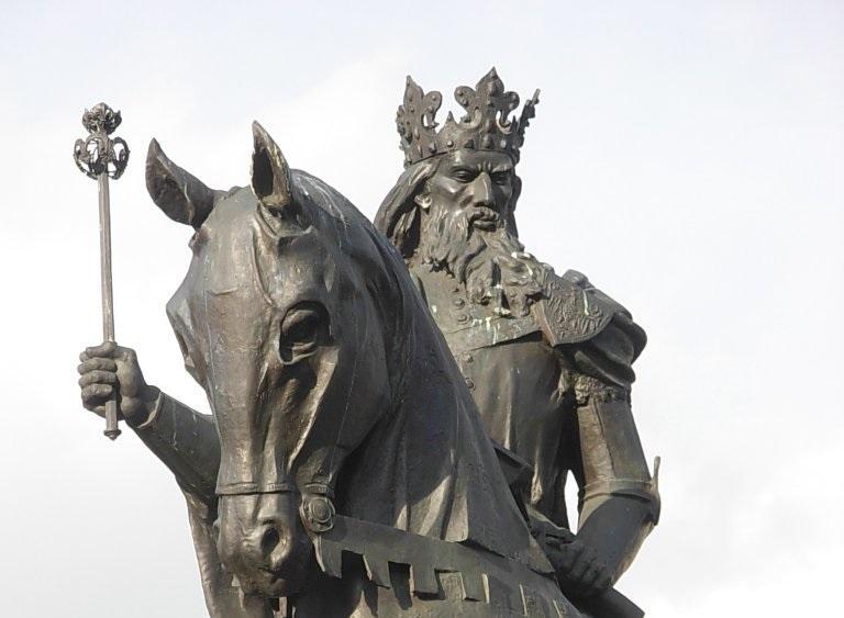 Kazimierz Wielki poniósł śmierć w 1370 roku w Krakowie - wizerunek króla na pomniku w Bydgoszczy