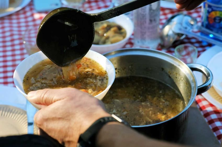 TOP 10 potraw, które przygotowywało się na imprezy w PRL-u, czyli najpopularniejsze dania