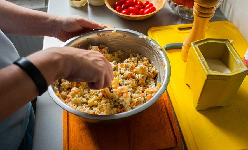 10 potraw najbardziej popularnych na imprezy w PRL-u, czyli jakie potrawy były najbardziej popularne
