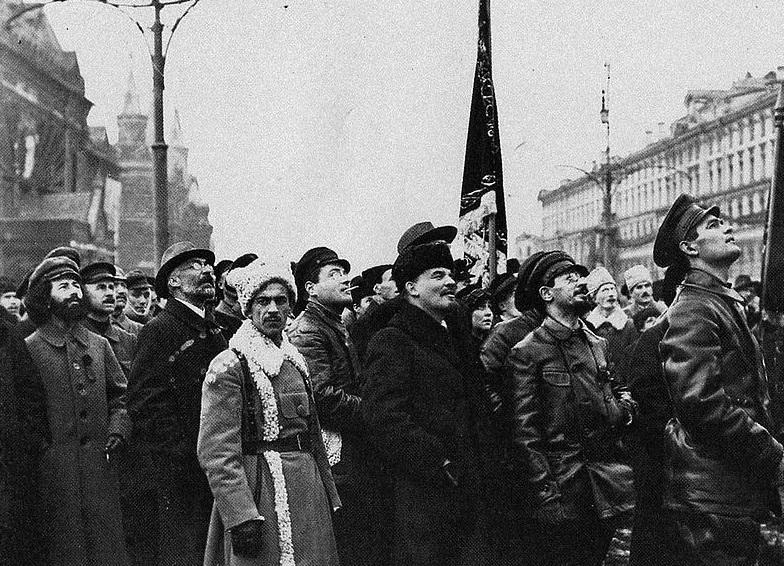 Włodzimierz Lenin był przywódcą komunistycznego rządu w Rosji - na fotografii podczas odsłoniecia pomnika Marksa