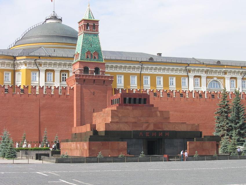 Ciało Lenina spoczęło w Mauzoleum Lenina (teraz Mauzoleum Lenina i Stalina) - budynek na tle Kremla