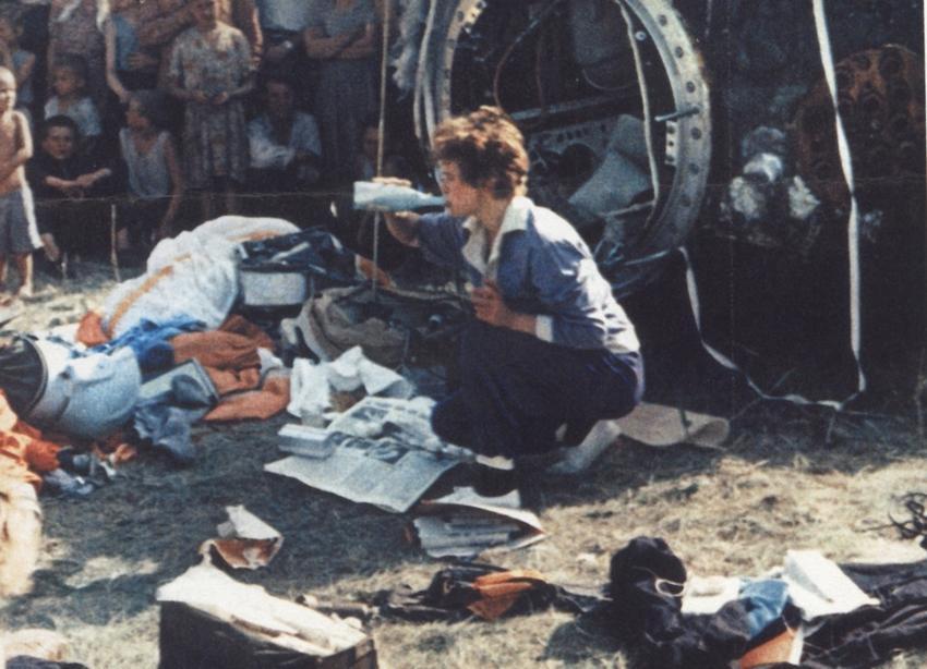 W chwilę po wylądowaniu Wostoka-6 – Walentyna miota się wśród rzeczy wyciągniętych z kabiny lądownika, by w tym sztucznie stworzonym bałaganie ukryć ślady niedyspozycji żołądkowej, jakiej doświadczała podczas lotu. Bardzo się tego wstydziła, wydawało jej