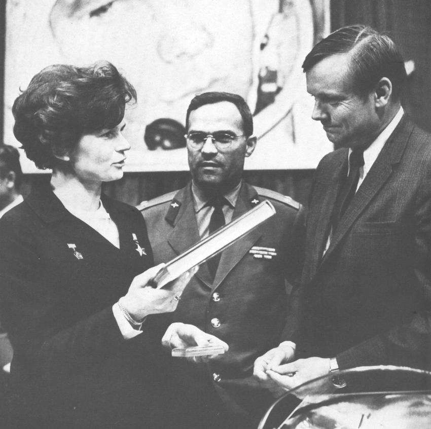 Po powrocie z lotu kosmicznego Walentyna Tierieszkowa była zaangażowana w działalności partyjnej i społecznej – na zdjęciu: w Muzeum Gagarina wręcza pamiątkowe publikacje Neilowi Armstrongowi, pierwszemu, który stanął na Księżycu