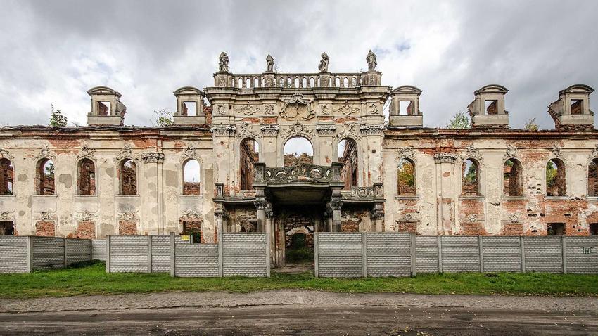Piękne pałace i zamki, które są juz opuszczone znajdujące się w Polsce