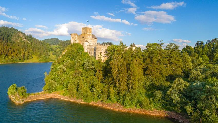 Średniowieczny zamek w Niedzicy przy jeziorze Czorsztyńskim i jego historia, a także klątwa zamku i legendy o duchach
