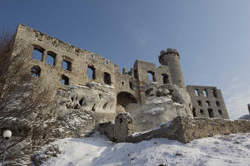 Zamek Ogrodzieniec, ciekawa budowla w Polsce o ciekawej historii, a także jej historia oraz legenda